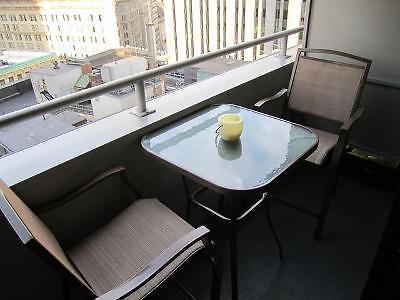 Juego de mesa c/vidrio y dos sillas para patio o jardín ...